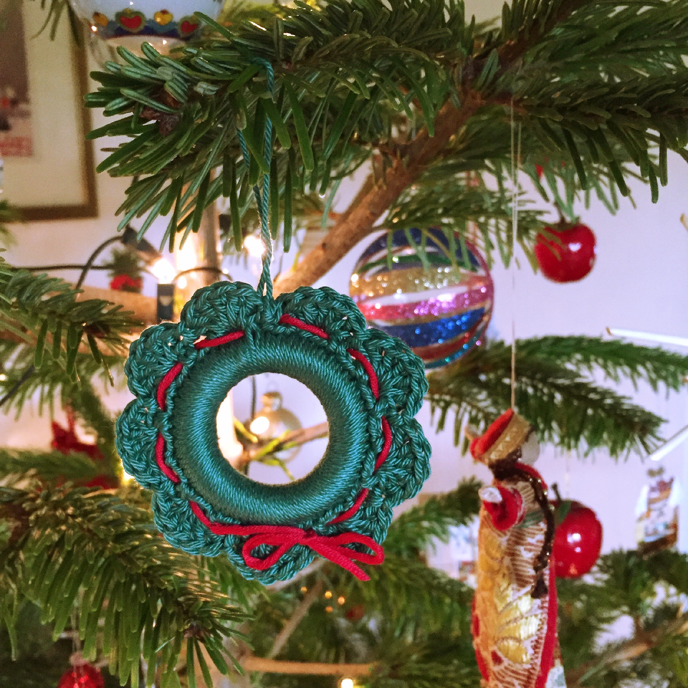 a christmas wreath – free crochet pattern – Made With Loops