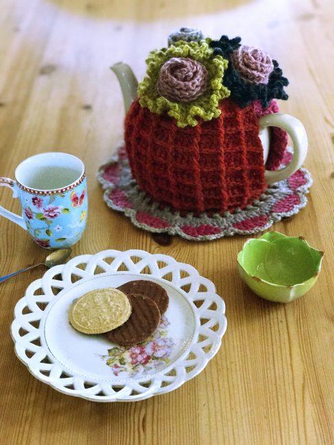 flower power tea cosy madewithloops.co.uk